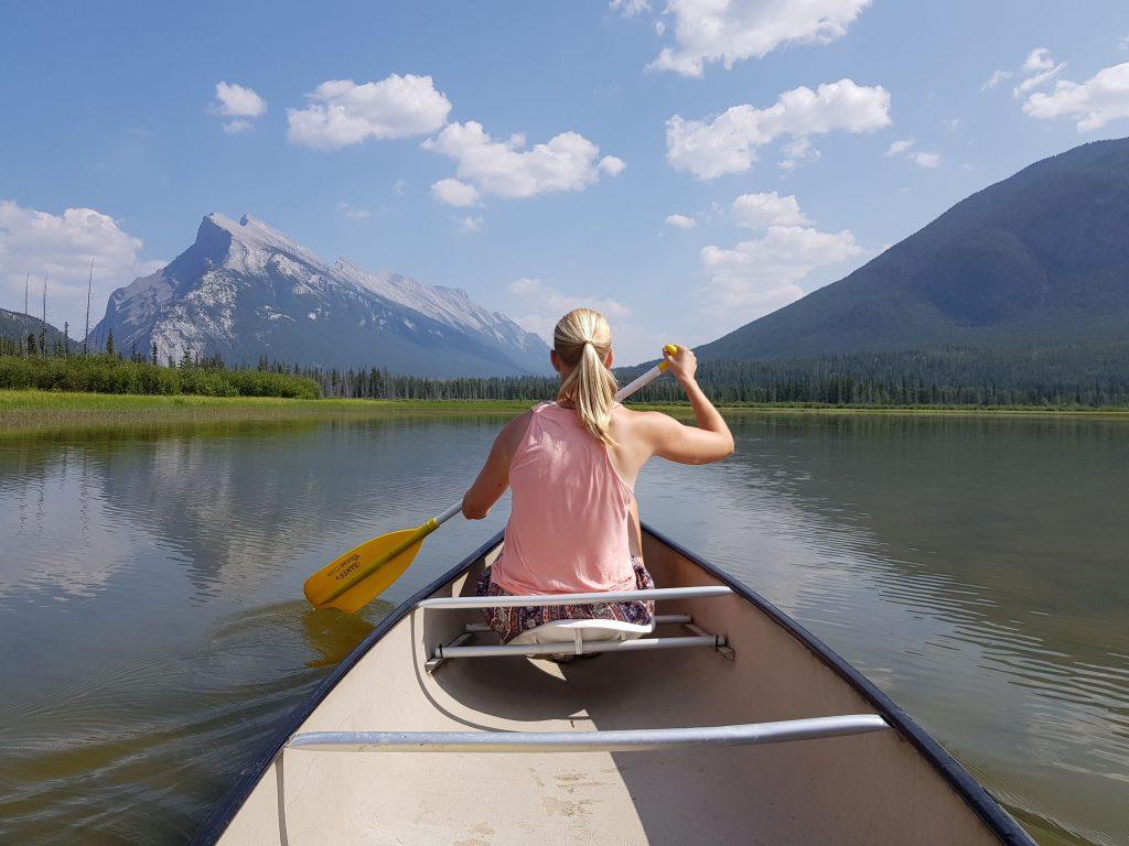Kano met op de achtergrond Mount Rundle